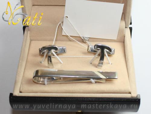 Запонки из серебра именные, изготовлены по индивидуальному заказу. Запонки в виде буквы Т и серебряный зажим для галстука